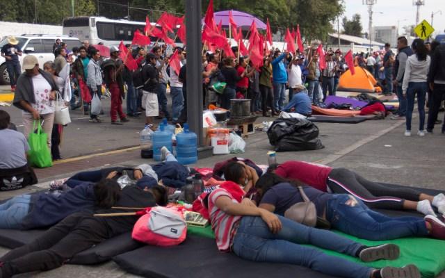 Diputados se reunirán con campesinos que bloquean San Lázaro - Campesinos afuera del Palacio Legislativo de San Lázaro. Foto de Notimex / Archivo