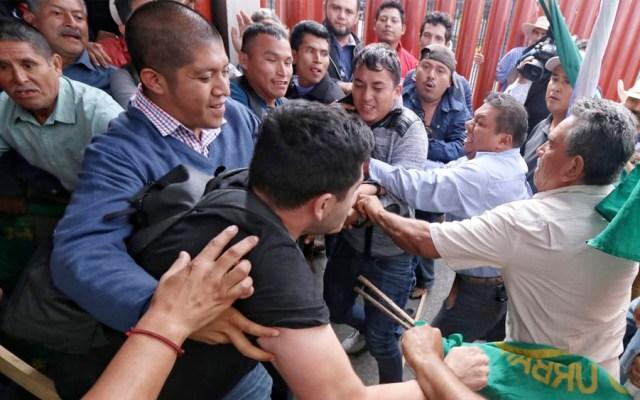 Empujones entre campesinos a las afueras de la Cámara de Diputados - empujones campesino cámara de diputados