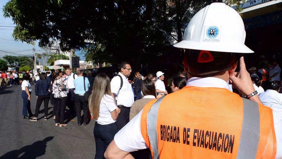 Sismo de magnitud 3.9 alarma a la capital de El Salvador - Evacuación de oficinistas por sismo en San Salvador. Foto de EDH