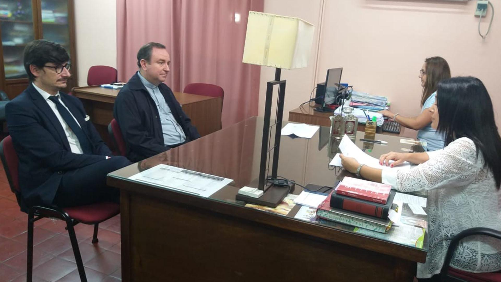 Exobispo argentino Gustavo Oscar Zanchetta, acompañado por su abogado canónico y portavoz, ante la jueza María Laura Toledo Zamora de Salta. Foto de EFE