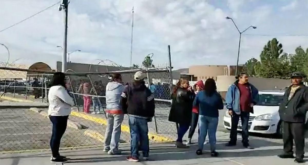 Familiares de internos afuera del Cereso 3 de Cd Juárez. Captura de pantalla / @eldiariodejuarez