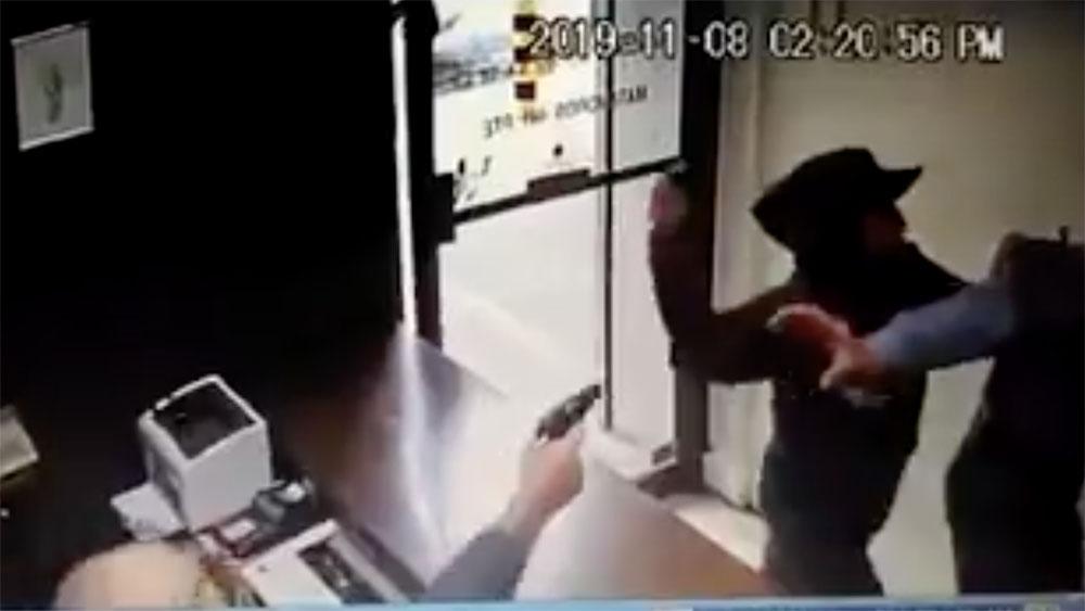 #Video Abaten a delincuente durante asalto a negocio en Monterrey - Hombre abate a delincuente durante asalto, en Monterrey. Captura de pantalla
