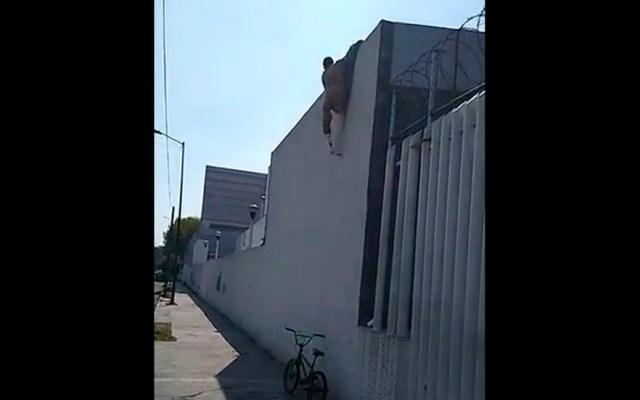 #Video Hombre con la pierna enyesada brinca barda de hospital para huir - Hombre enyesado escapa de hospital de Iztapalapa. Captura de pantalla