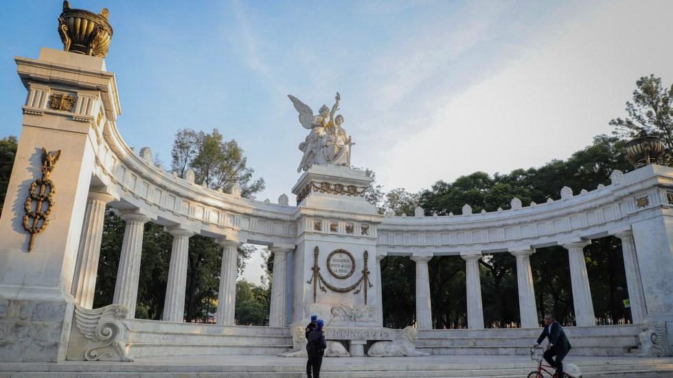 Limpian edificios y monumentos tras marcha feminista en la Ciudad de México - Luego de las marchas de ayer, en donde algunas mujeres radicalizaron la protesta realizando pintas y destrozos, los monumentos y áreas dañadas hoy amanecieron limpias y pintadas, otras continúan en restauración. Foto de Notimex-Quetzalli Blanco.