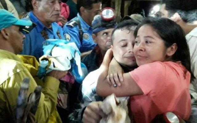 Rescatan con vida a siete mineros atrapados en Nicaragua - Los mineros rescatados fueron recibidos por sus familiares
