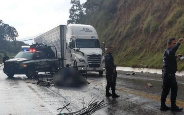 Mueren dos personas en choque de tres vehículos en Michoacán - Foto de @MICHOACANSSP