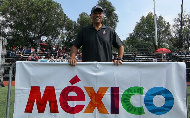 Anthony Muñoz desea más juegos de temporada regular de la NFL en México - Anthony Muñoz en su visita a la Ciudad de México