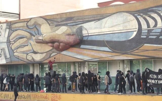 Mural de Siqueiros dañado por actos vandálicos en Rectoría - Foto de Twitter
