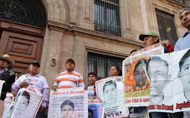 Recibe López Obrador a padres de los 43 normalistas - Los familiares de los estudiantes desaparecidos de Ayotzinapa, protestan a las afueras de las instalaciones del palacio nación. Foto de Notimex-Guillermo Granados.