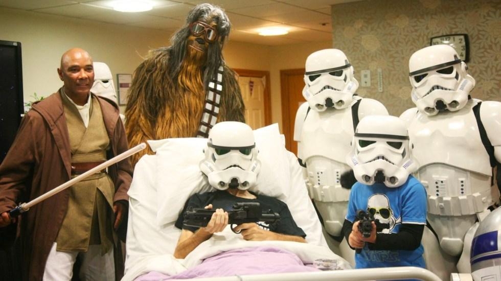 Disney cumple último deseo de paciente terminal de ver la nueva película de Star Wars - Foto de @RowansHospice
