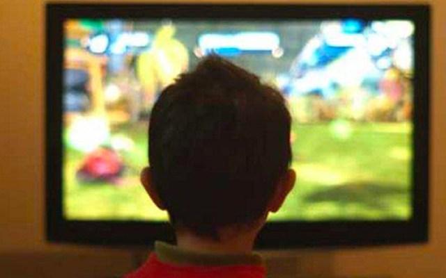 Niños pasan más tiempo de lo recomendado frente a una pantalla - Niños frente a una pantalla