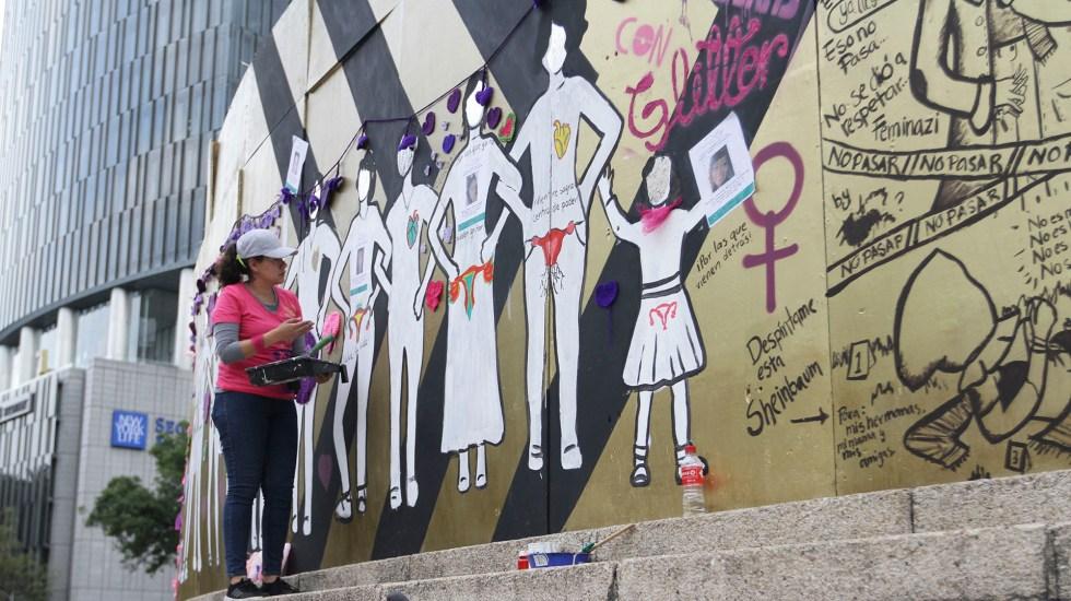 Las alternativas viales por marcha 'Ni una menos' en la Ciudad de México - Pintas feministas en los tapiales que rodean el Ángel de la Independencia. Foto de Notimex