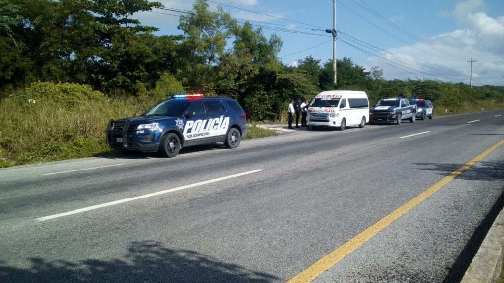Policía en atención de asalto de combi en Cancún. Foto de @5toPoderqroo