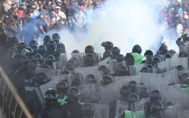 Denuncian policías agresión con gas pimienta por parte de agentes federales - 91112140. Ciudad de México, 12 Nov 2019 (Notimex-Ernesto Alvarez).- Elementos de la secretaria de seguridad ciudadana dispersaron con gas lacrimógeno a miembros  inconformes de la Policía Federal que se manifiestan en la entrada del Aeropuerto Internacional de la Ciudad de México. Ciudad de México, 12 de noviembre de 2019. NOTIMEX/FOTO/ERNESTO ALAVAREZ/EAA/WAR