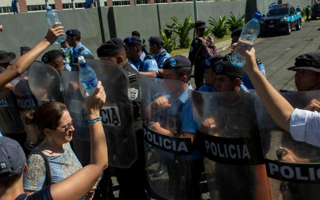 CIDH otorga medidas cautelares a opositores nicaragüenses - Policías de Nicaragua contra manifestantes. Foto de EFE