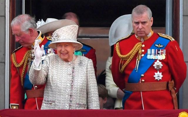 Príncipe Andrés de Inglaterra suspende sus funciones públicas - Príncipe Andrés de Inglaterra con la reina Isabel II. Foto de EFE