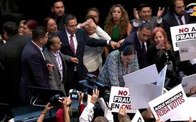 Entre jaloneos y empujones, Rosario Piedra rinde protesta como titular de la CNDH - Foto de captura de pantalla