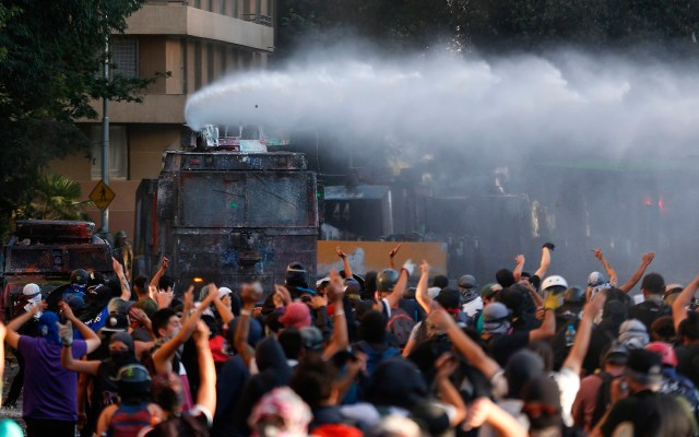 AI condena 'sorpresivo' uso excesivo de fuerza en protestas de Chile - Protestas en Chile. Foto de EFE