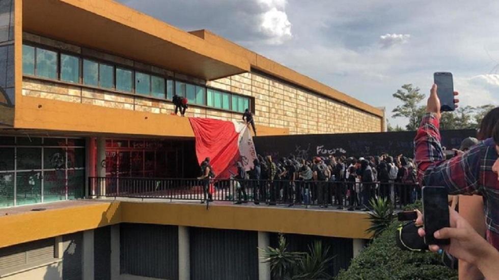 Abren investigaciones por actos vandálicos en la UNAM - Quema de la Bandera de México que encapuchados rompieron en Rectoría. Foto de Milenio