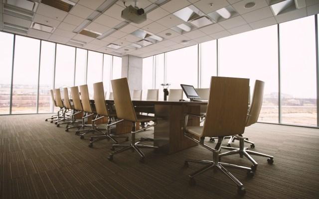 Confianza empresarial cae 0.2 puntos en octubre - Sala de juntas de una empresa. Foto de Benjamin Child / Unsplash