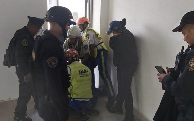 Policías evitan que hombre se arroje de edificio en el Centro - SSC Centro rescate edificio