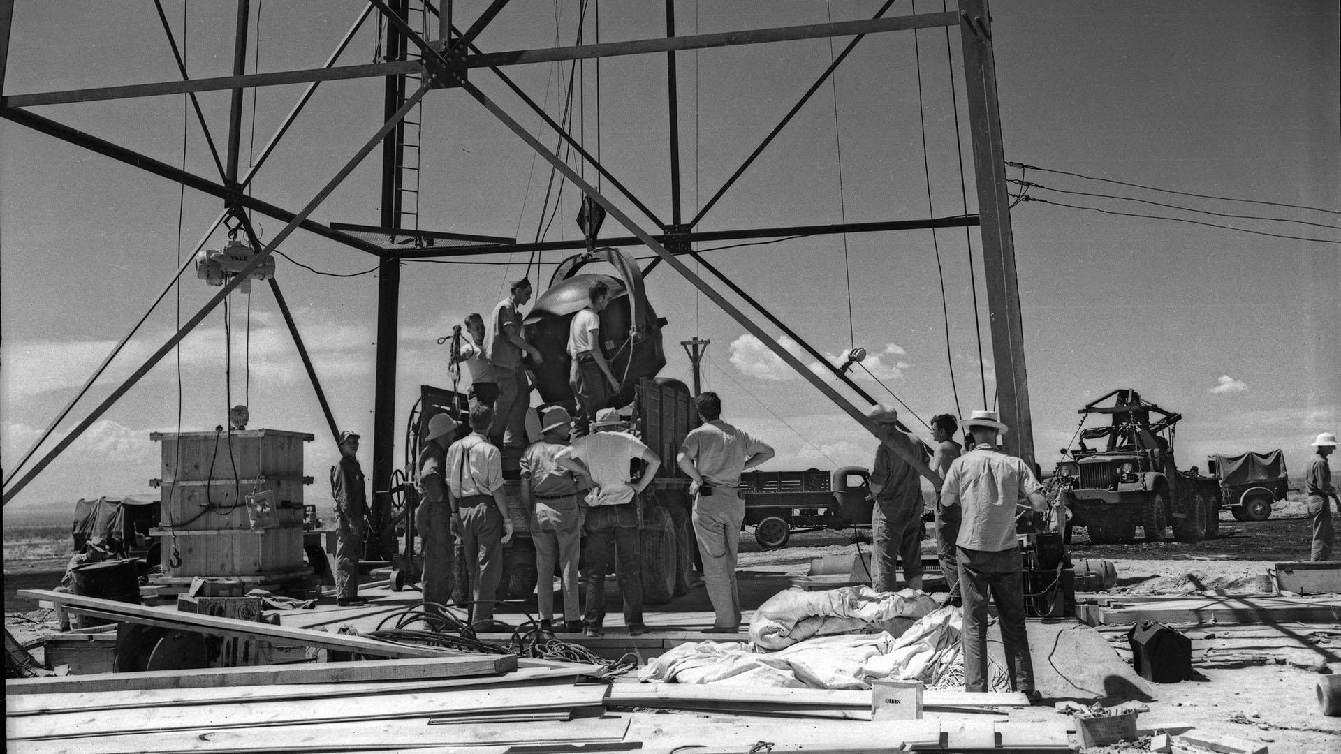 'The Gadget', primer dispositivo atómico montado en una torre de Los Álamos, Nuevo México. Foto de Laboratorio Nacional de Los Alamos