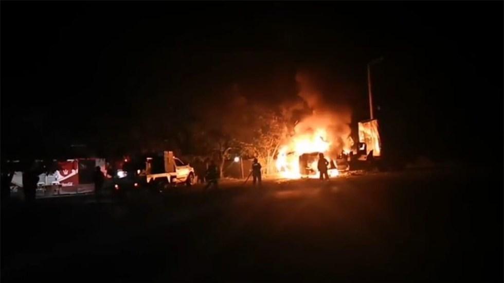 Comando prende fuego a tráileres en Iguala - Tráileres incendiados en Iguala. Foto de API Guerrero