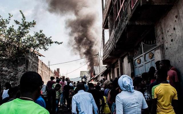 Sube a 29 cifra de víctimas por accidente aéreo en República del Congo - Vecinos de Goma asomados por accidente aéreo. Foto de VCG