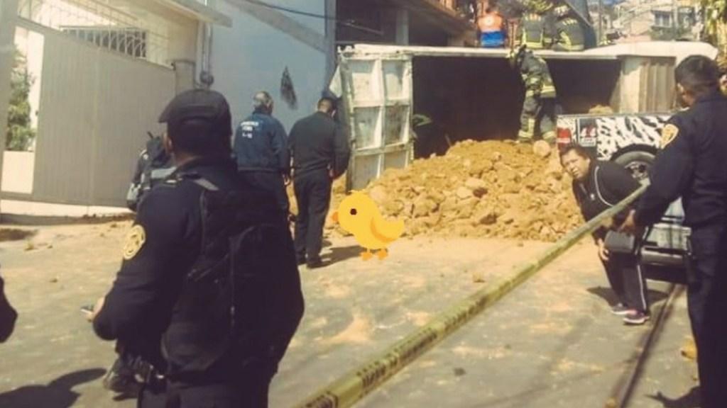 Camión vuelca al subir pendiente en Magdalena Contreras - Foto de @ElPolloCDMX