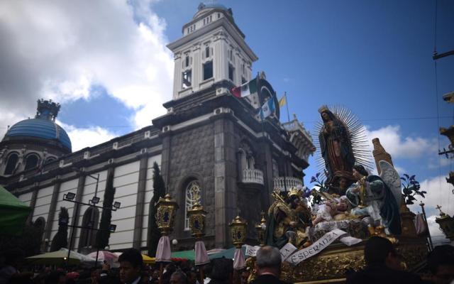 Guatemaltecos devotos encomiendan sus niños a la Virgen de Guadalupe - Devotos de la Virgen de Guadalupe en Guatemala. Foto de EFE