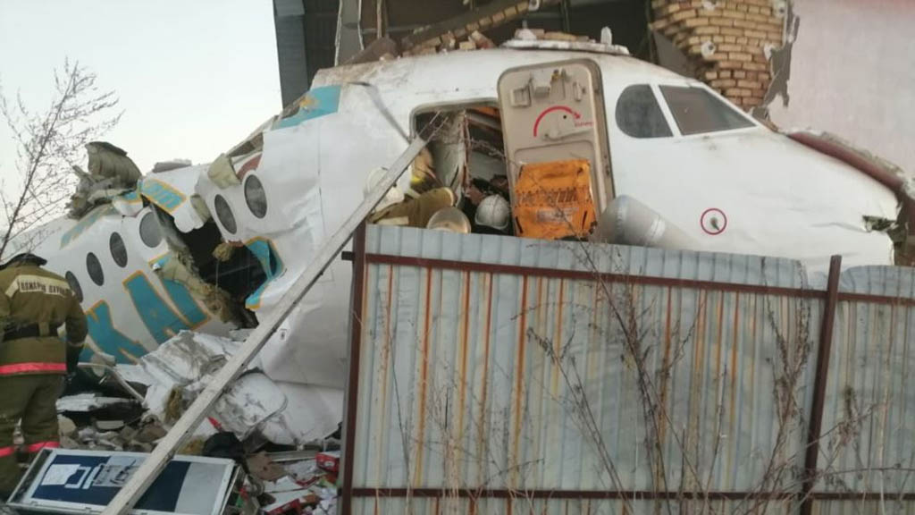 Avión que transportaba 100 pasajeros se estrelló en Kazajistán
