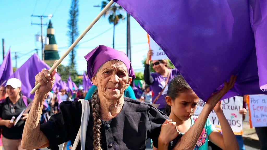 Más de 155 mujeres fueron asesinadas en El Salvador en seis meses - Activistas realizan una expresión artística en memoria de las mujeres asesinadas en San Salvador. Foto de EFE