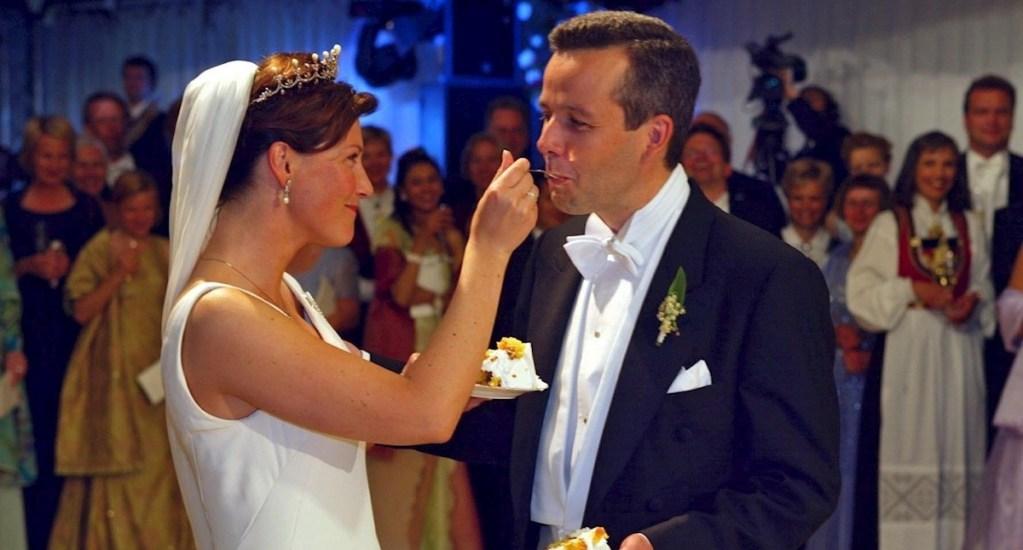 Se suicida escritor Ari Behn, víctima de acoso de Kevin Spacey - La princesa noruega Martha Louise y su esposo recién casado Ari Behn disfrutan de los primeros pedazos de su pastel de bodas después de casarse en Trondheim, Noruega, el 24 de mayo de 2002 (reeditado el 26 de diciembre de 2019). La autora y ex esposo de la princesa noruega Matha Louise, Ari Behn, murió a la edad de 47 años, dijo su portavoz. Foto de EFE / EPA / Lise Aserud / POOL NORWAY OUT *** Título local *** 99385917.