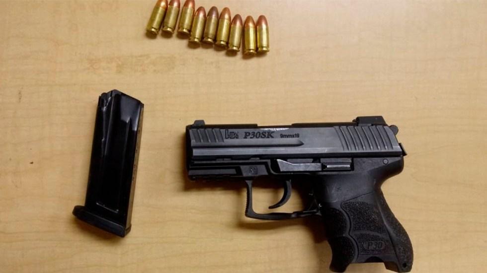 Detienen en Zacatecas a seis hombres armados y con 'poncha llantas' - Arma calibre 9mm decomisada a seis hombres en Zacatecas. Foto de @voceria_spz