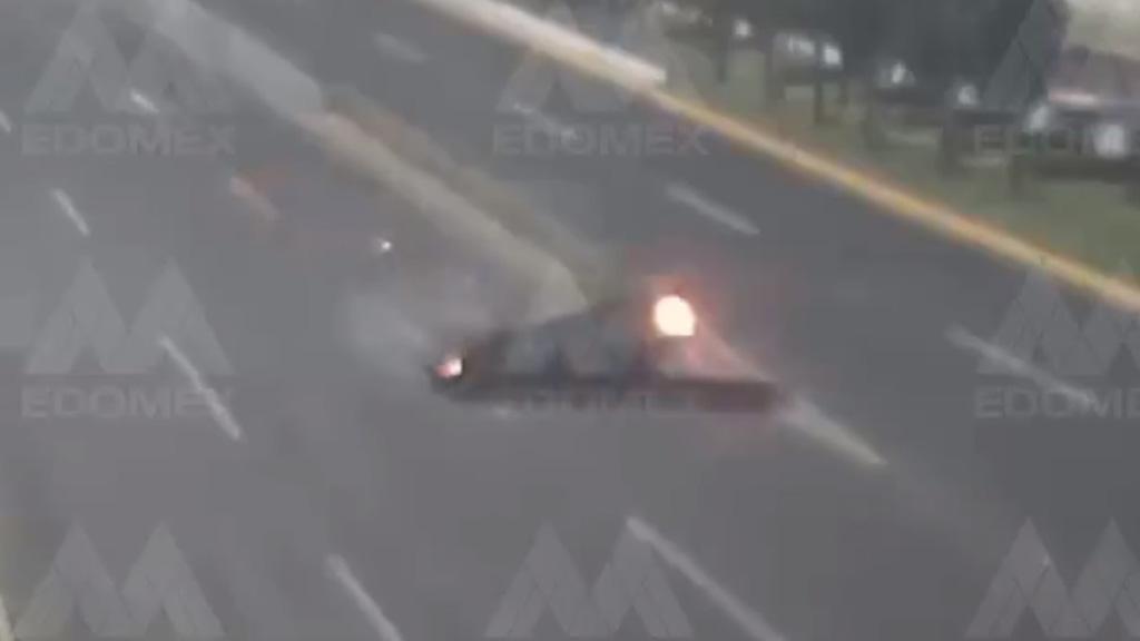 #Video Auto cae de puente de Toluca; mueren sus ocupantes - Auto volcado sobre Paseo Tollocan, Toluca. Captura de pantalla / @C5Edomex