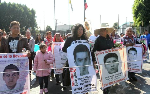 Estudiantes desaparecidos de Ayotzinapa habrían sido dispersados en varios puntos - Ayotzinapa padres manifestación Iguala normalistas