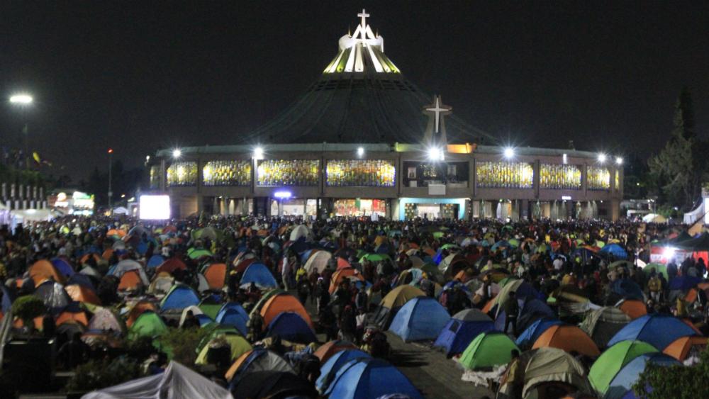 Peregrinos se alistan para pasar la noche en explanada de la Basílica - Foto de Notimex