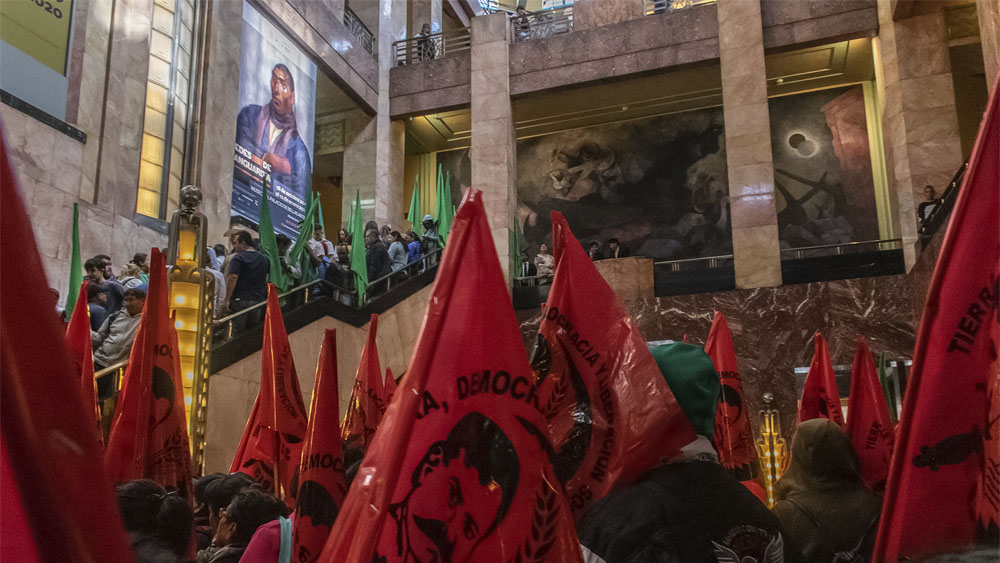 Campesinos buscan quemar el retrato 'gay' de Emiliano Zapata | Fotos, vídeos