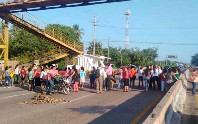 Bloquean carretera Villahermosa-Frontera por falta de pago de becas - Bloqueo de la Villahermosa-Frontera. Foto de Diario Presente