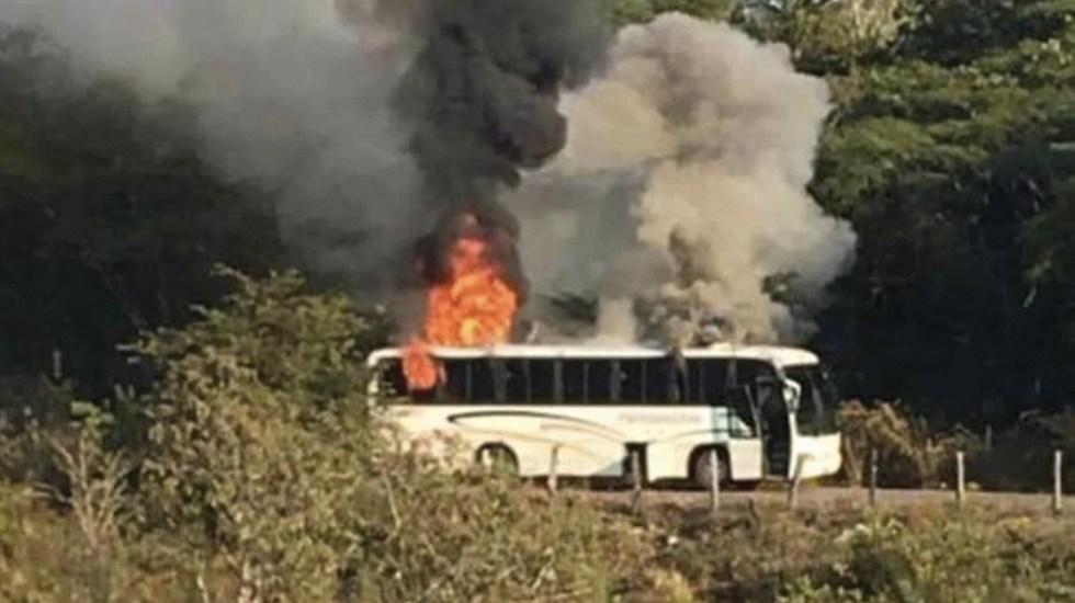 Comando balea casas y quema camión en Coalcomán, Michoacán - Foto de Twitter