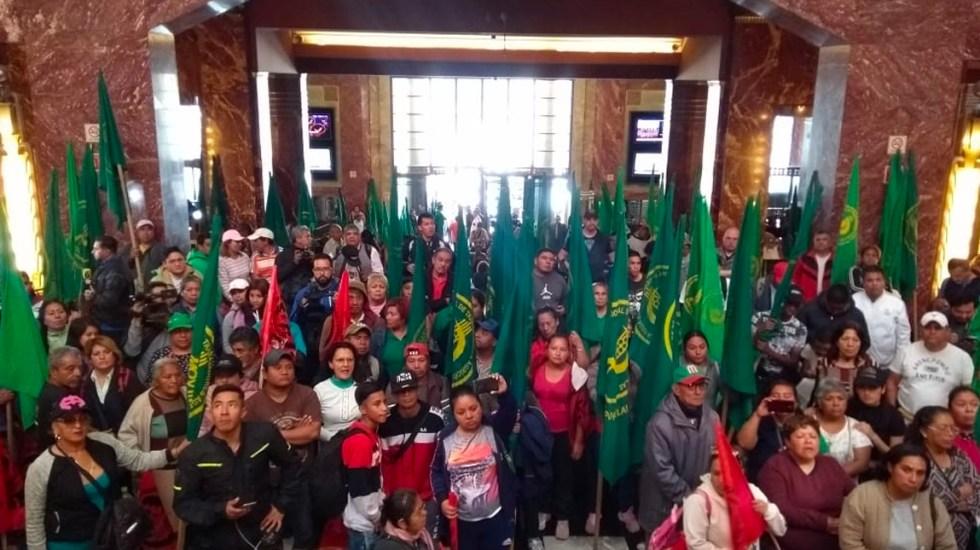 Irrumpen campesinos en Palacio de Bellas Artes por pintura de Zapata - Campesinos irrumpen Bellas Artes