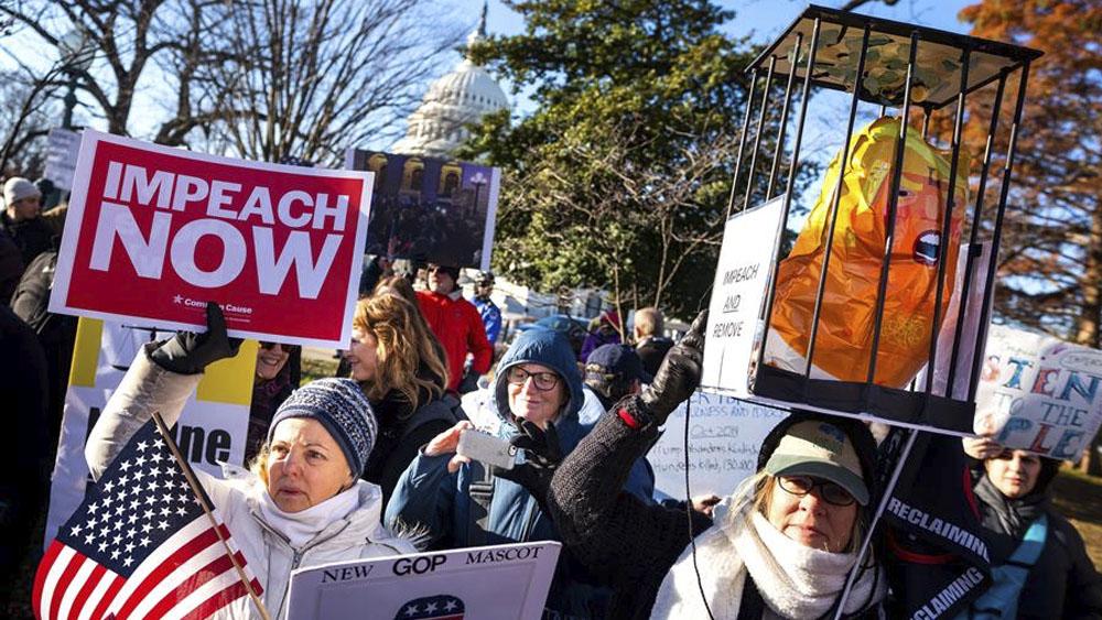 Partidarios del impeachment contra Trump se concentran frente al Capitolio - Partidarios del impeachment contra Trump se concentran frente al Capitolio
