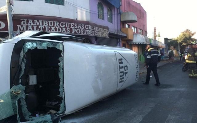 Volcadura de camioneta de transporte público en la GAM deja un herido - Combi del transporte público volcada sobre Avenida 604 de la GAM. Foto de @MrElDiablo8