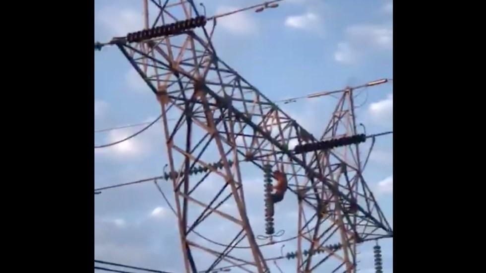 #Video Hombre muere tras sufrir descarga eléctrica en torre de alta tensión - Muere hombre tras recibir descarga eléctrica en Nayarit. Captura de pantalla