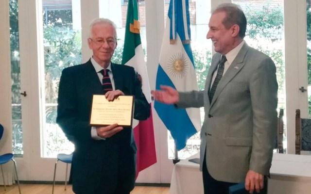 """""""Todos cometemos errores"""", señala AMLO sobre presunto robo de libro de embajador - Presunto robo de libro de embajador en Argentina es un caso lamentable, afirma AMLO"""