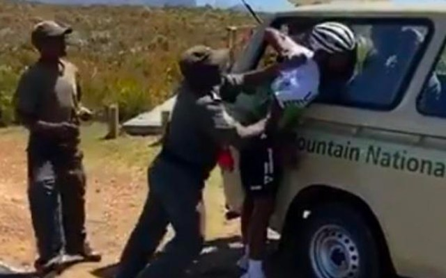 #Video Guardabosques de Sudáfrica fracturan brazo al ciclista Nicholas Dlamin - Guardas forestales de Sudáfrica fracturan el brazo del ciclista Nicholas Dlamin
