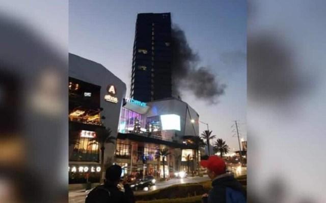 #Video Desalojan centro comercial por conato de incendio en Nuevo León - Humo en quinto piso de centro comercial de Nuevo León. Foto Especial / ABC Noticias