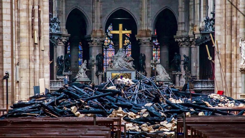 Notre Dame se queda sin misa de Navidad por primera vez en 216 años - Vista de los escombros dentro de Notre-Dame de Paris después de un incendio que devastó la catedral de París, Francia, el 16 de abril de 2019. Funcionarios franceses confirmaron el 21 de diciembre que Notre-Dame no celebrará la misa tradicional de Navidad por primera vez desde 1803, mientras los trabajadores continúan trabajando en la catedral ocho meses después del devastador incendio que estalló el 15 de abril de 2019. Foto de EFE / EPA / Christophe Petit Tesson.