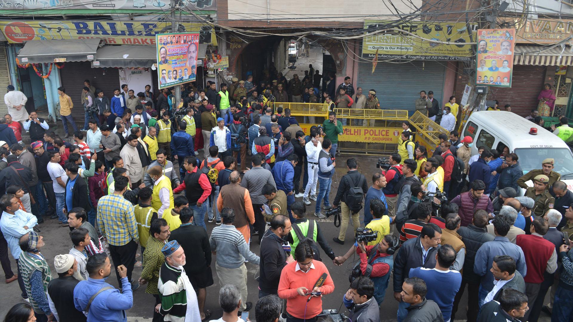 Labores de los servicios de emergencia en Nueva Delhi. Foto de EFE
