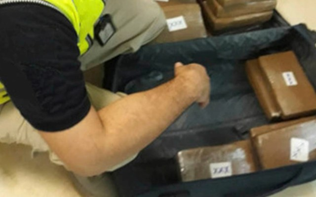 Interceptan 27 kilos de cocaína en Aeropuerto de Cancún - Inspección de maleta con cocaína en Aeropuerto Internacional de Cancún. Foto de Guardia Nacional
